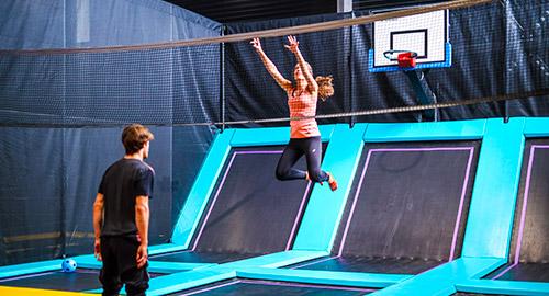Le dodgeball est un mélange de balle aux prisonniers et volley sur trampoline à Rennes
