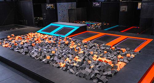 La foam pit permet de faire du trampoline et d'atterrir dans le bac à mousse