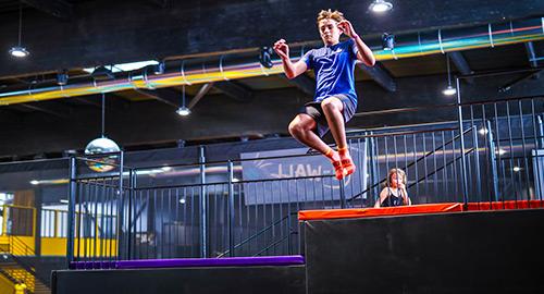 Le tower jump vous permet de sauter de deux hauteurs différentes sur un air bag géant