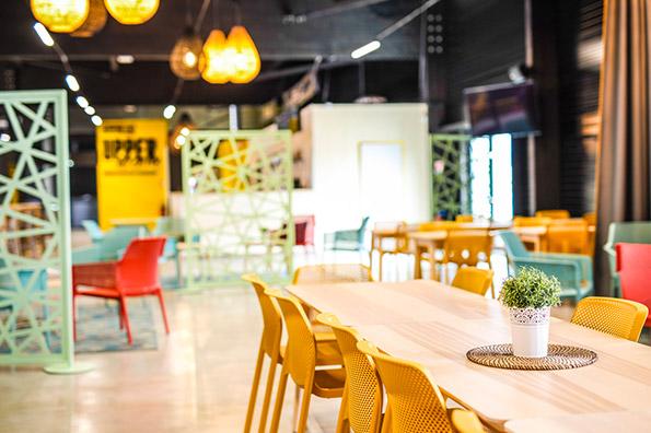 L'upper café permet aux accompagnants de profiter d'une boisson et de restauration pendant que les enfants font du trampoline
